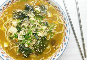 sopa miso con verduras y fideos japoneses