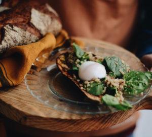 Berenjena rellena de quinoa al horno con huevo escalfado